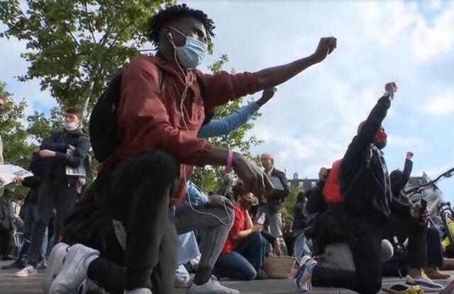 معترضان ضد نژادپرستی در پاریس به یاد فلوید زانو زدند