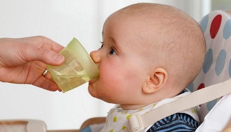 آب دادن به نوزاد را از چه زمان و چگونه آغاز کنیم؟