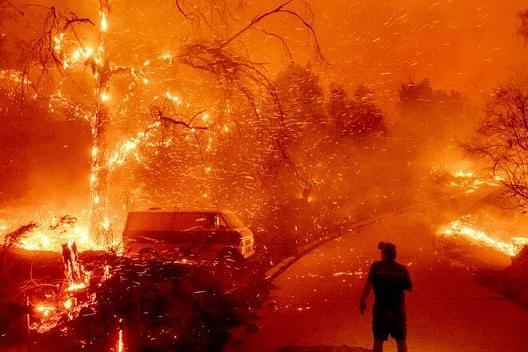 آتش سوزی در کالیفرنیا؛ هزاران نفر خانه هایشان را ترک کردند